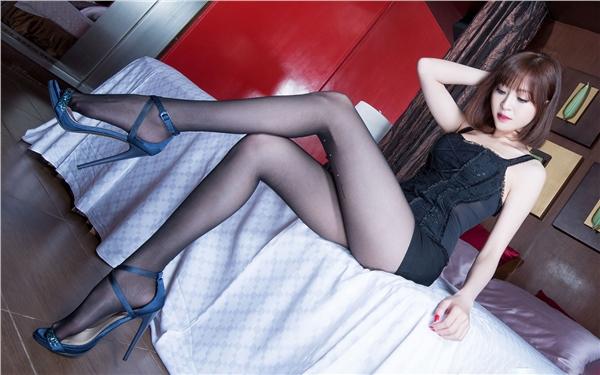 性感内衣美模室内写真 大秀黑丝美腿极致诱惑