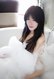 浴室美女洗泡泡浴照令人着迷