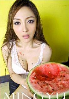 巨乳美女白色背心秀事业线吃西瓜
