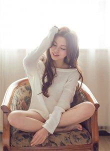 纯纯的女生洁白上衣慵懒的休闲气息