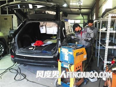 天津滨海新区某修理厂,工人们正在对一辆爆炸受损车辆进行维修