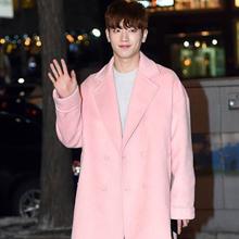 韩国男星街拍 粉色衣服搭配变身花美男