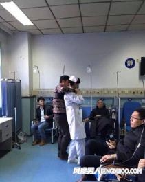 冷漠的看客 护士被劫持众人围观拍照(男子医院持刀劫持护士)