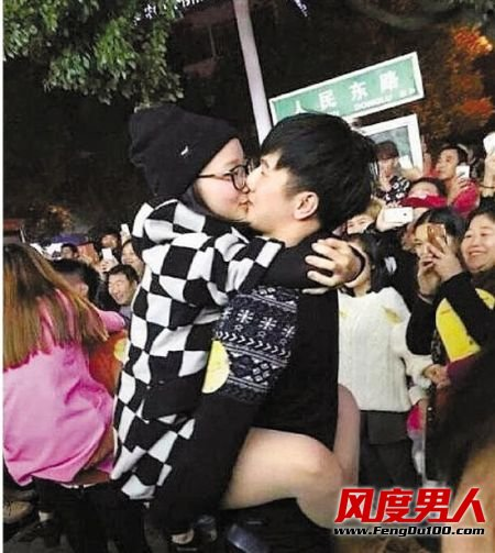 情侣热吻比赛接吻30分钟被城管叫停:围观者都上树了