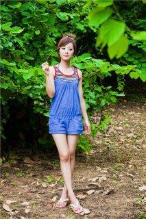 清纯90后美女夏季森林拍摄写真