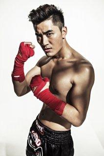 王鑫尧健身杂志《健仕》封面大秀肌肉
