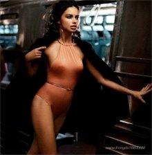 巴西超级名模阿德里亚娜利马大秀乳沟美腿